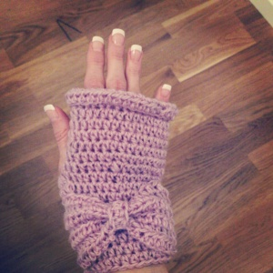Lilac glove wtih bow