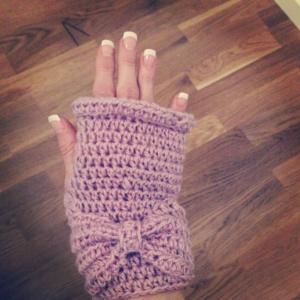 Lilac glove wtih bow